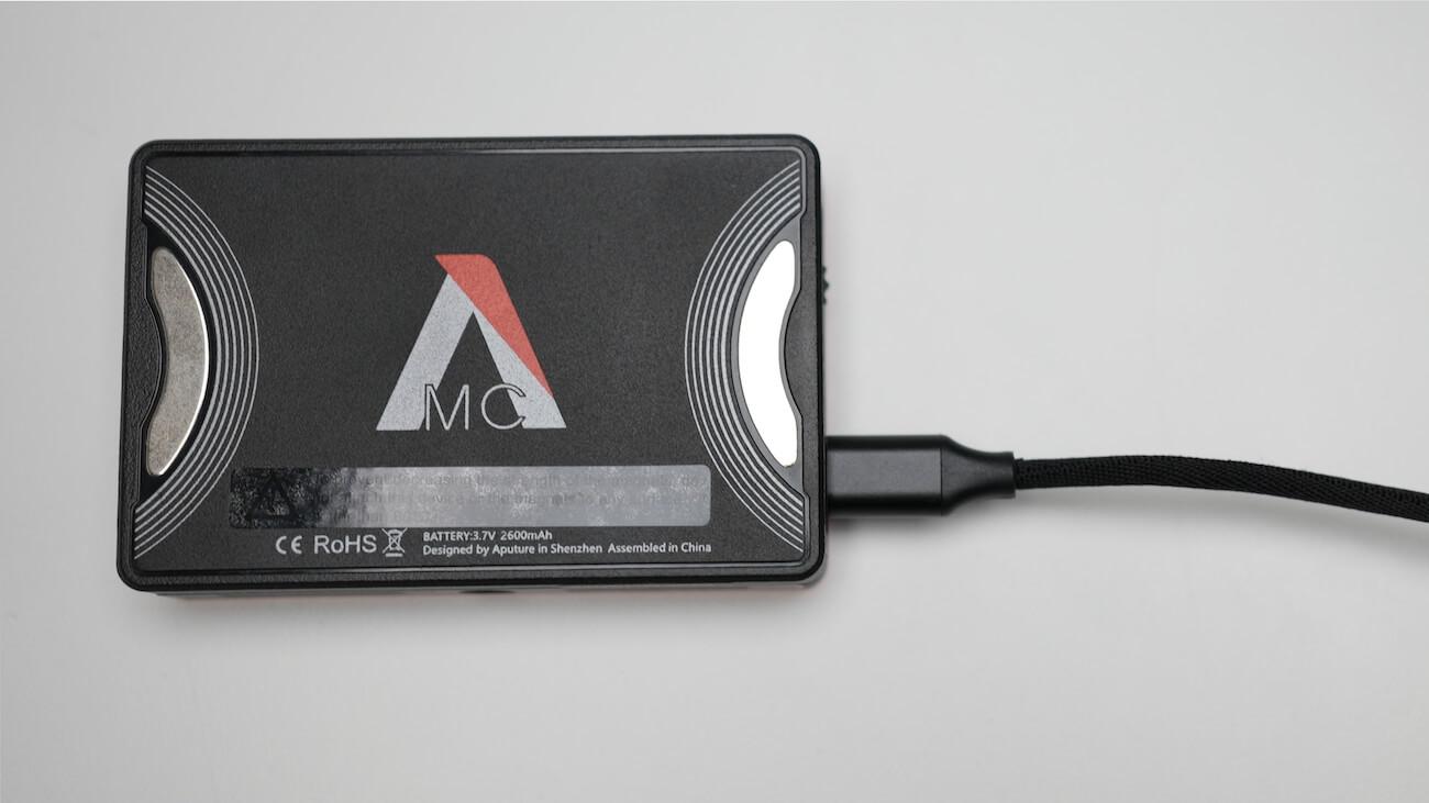 Aputure MCのバッテリーを充電中